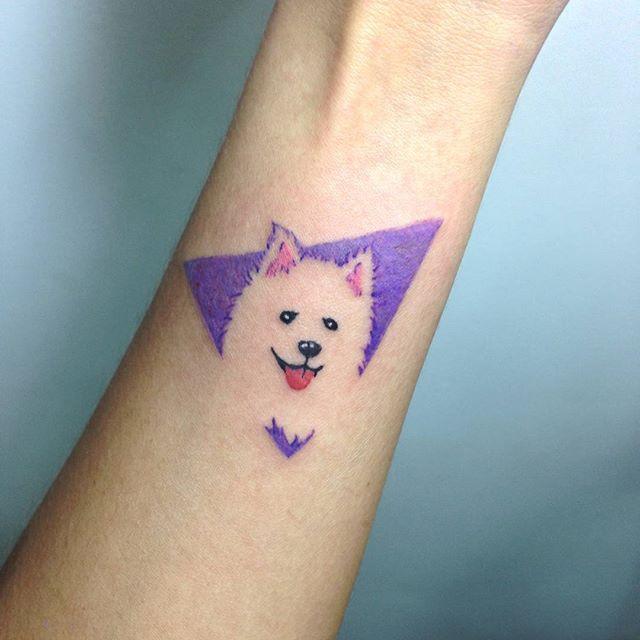 Tatuagem de cachorro colorida no pulso