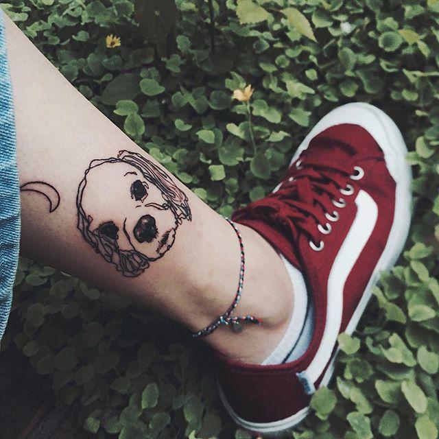 Tatuagem de contorno na perna