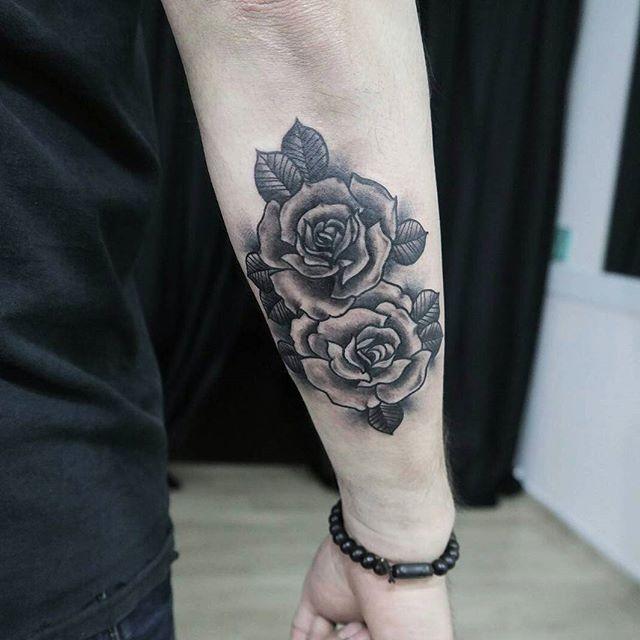 Tatuagem de rosas no braço na Parte de Trás