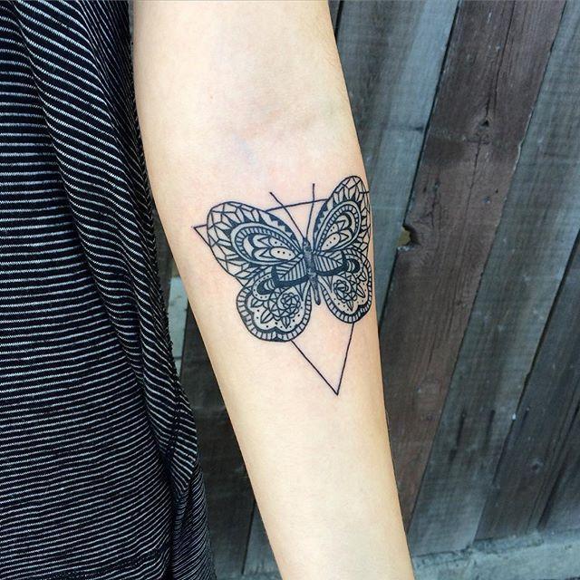 Tatuagens de borboleta com triângulo no antebraço