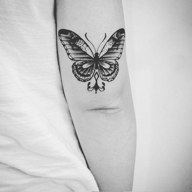Tatuagens de borboleta atrás do braço