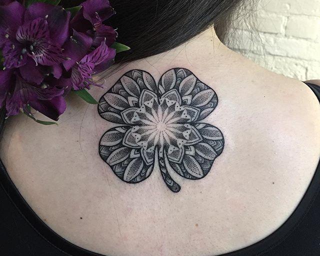 65 Tatuagens de trevo criativas e inspiradoras