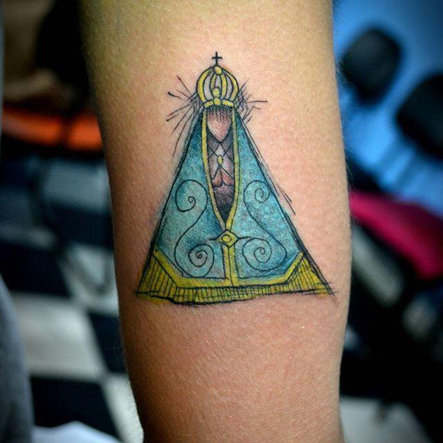 Tatuagem de Nossa Senhora Aparecida colorida no braço