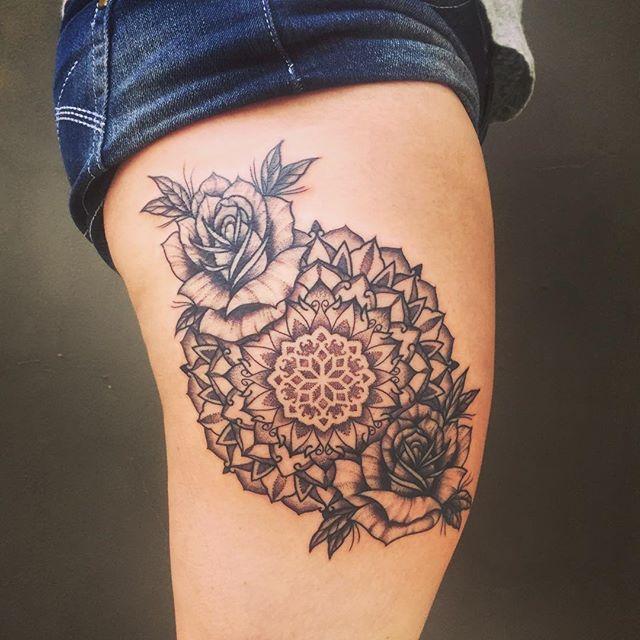 As rosas trazem mais feminilidade à tatuagem