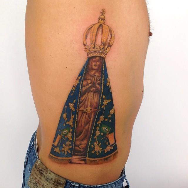 Tatuagem realística e cheia de detalhes muito bem executados