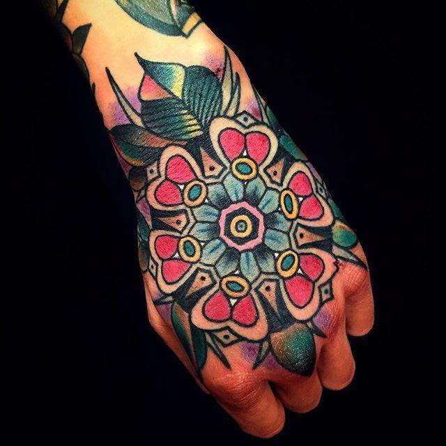 Que tal uma tatuagem colorida na mão?