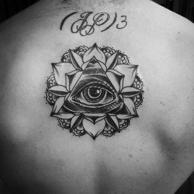 Tatuagem de mandala monocromática nas costas