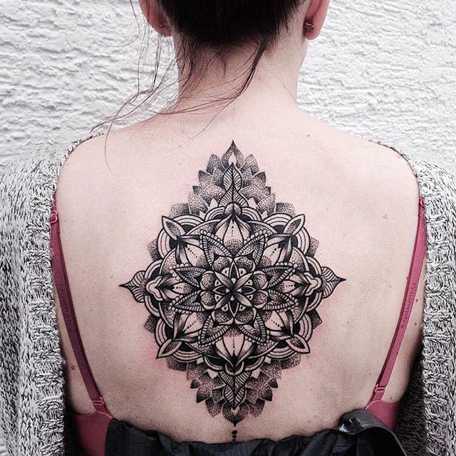 Tatuagem com traços bem delineados e monocromática