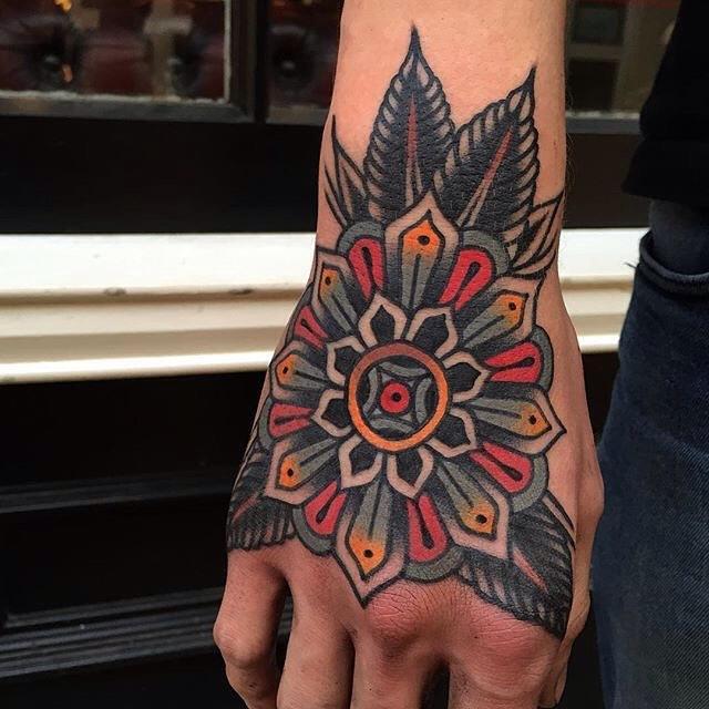 Tatuagem clássica e vibrante na mão