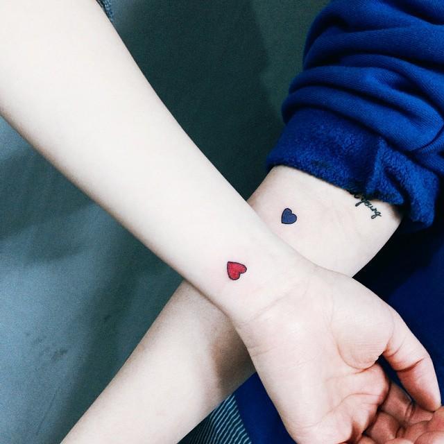 Delicados corações nos pulsos