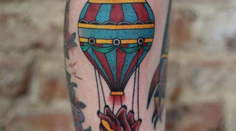 70 tatuagens de balões que expressam o desejo de voar mais alto