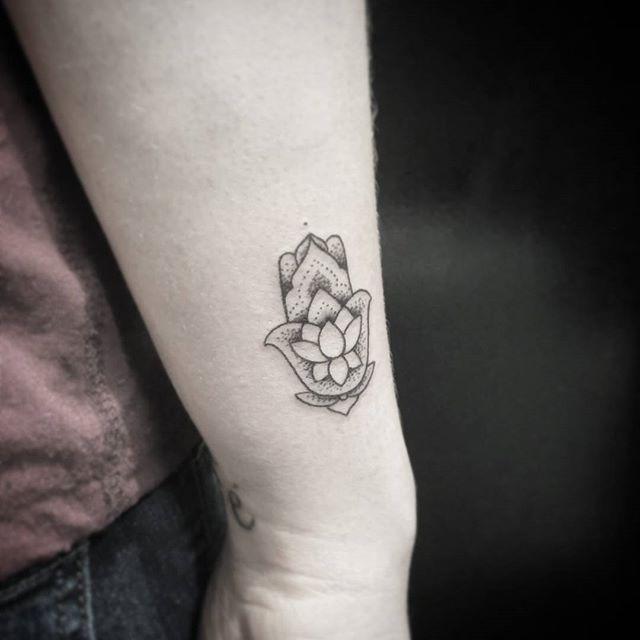 Tatuagem Mão de Fátima no braço