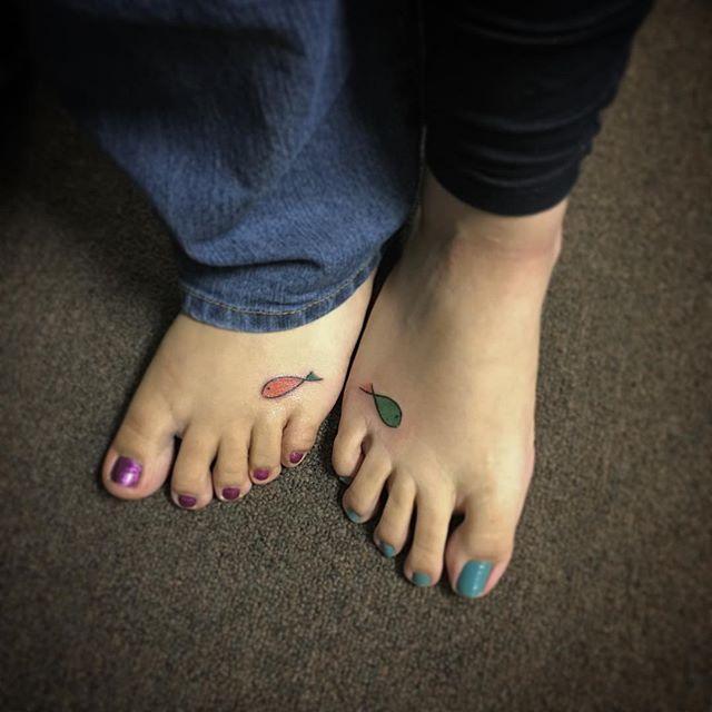 Pequeninos e coloridos peixinhos nos pés
