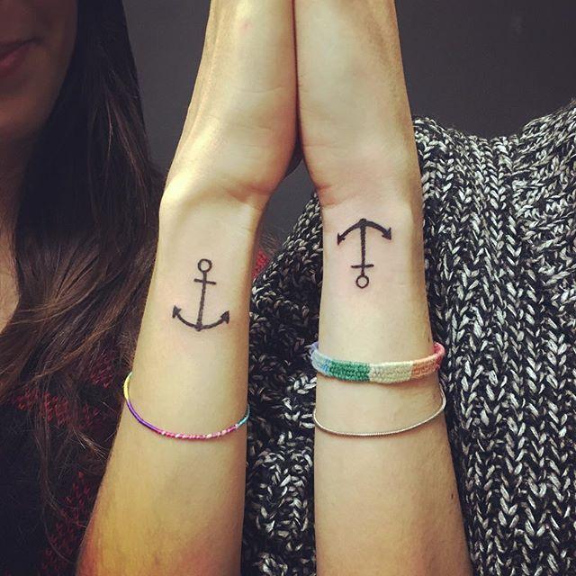 Tatuagem de âncoras cobertas nos pulsos