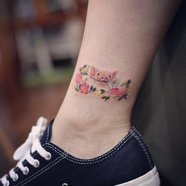 Porquinho charmoso e feminino na perna