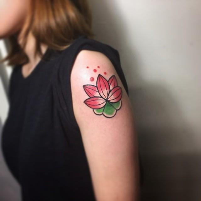 Incrível e vibrante flor de lótus no braço
