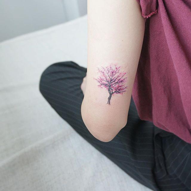 Pequenina e realística cerejeira no braço