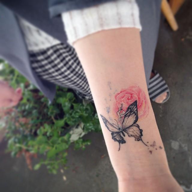 Várias figuras femininas em uma só tatuagem