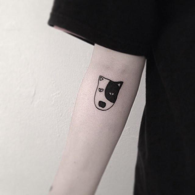 Tatuagem de cachorro monocromático no braço