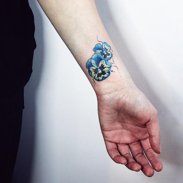 Flores azuis no pulso