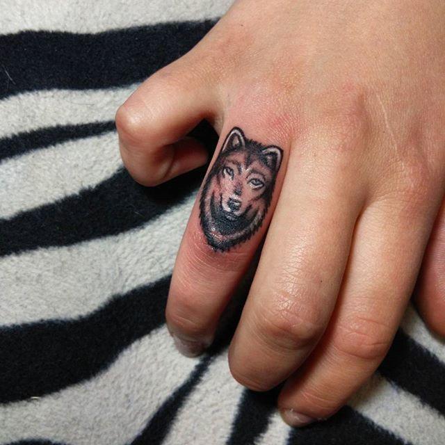 Que tal um anel de lobo?