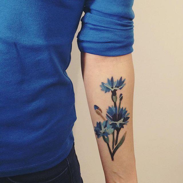 Tatuagens femininas no antebraço Rosa Azul