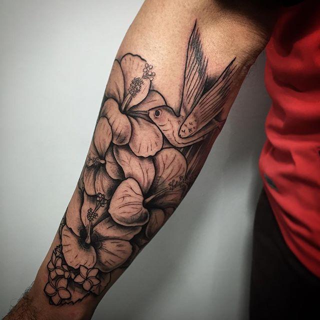 Tatuagem no braço com beija-flor