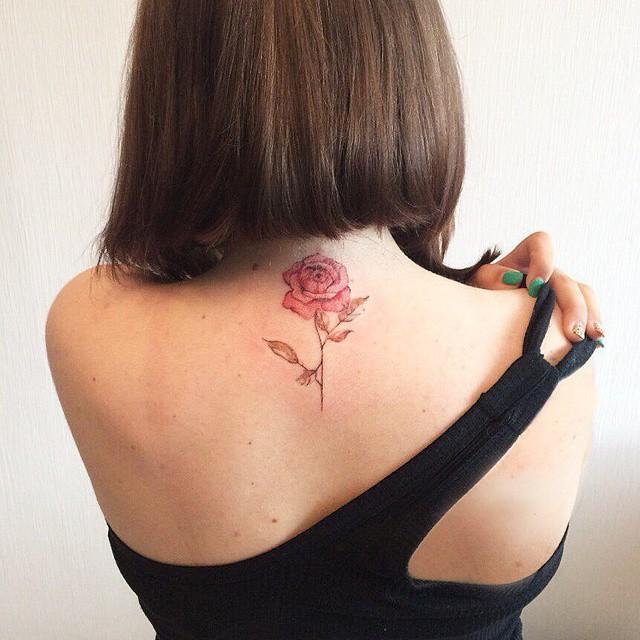 Tatuagens femininas nas costas de flor