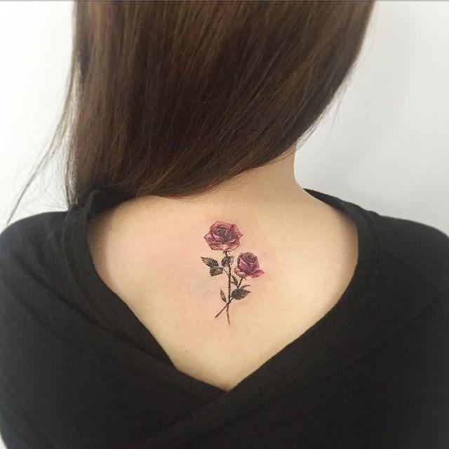 tatuagens femininas nas costas com flores