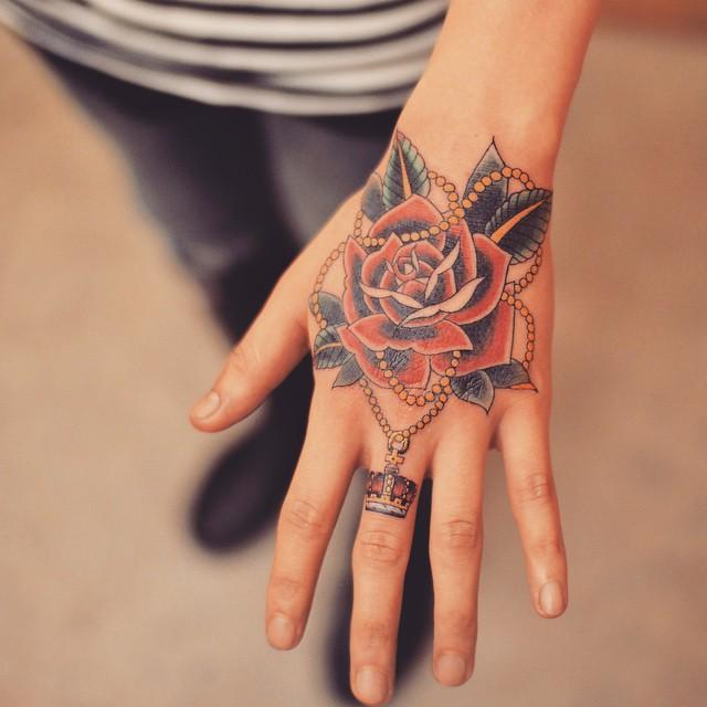 Tatuagem na Mão rosa