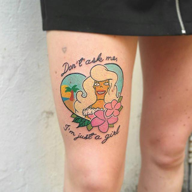 Tatuagem de frase na perna feminina: Não me pergunte, eu sou apenas uma garota