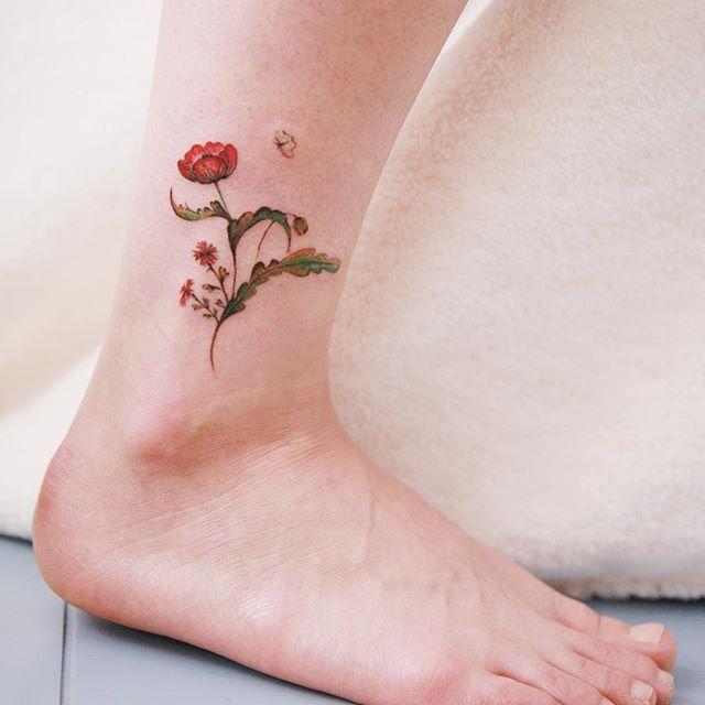 Tatuagem no tornozelo feminina delicada: flor no tornozelo é uma ótima escolha!