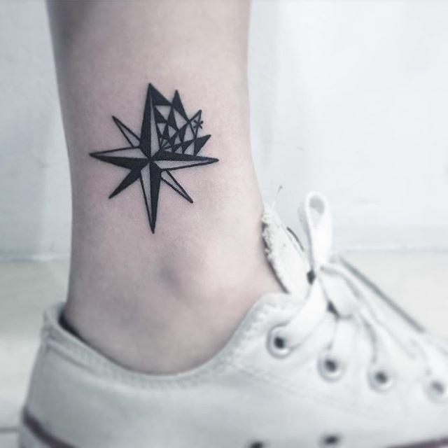 Tatuagem unissex de estrela náutica trazendo a direção e orientação
