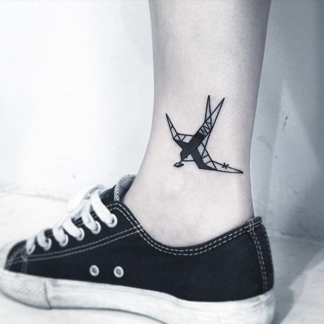 Desenhos geométricos também são bem procurados entre as tatuagens. Uma andorinha que representa renovação