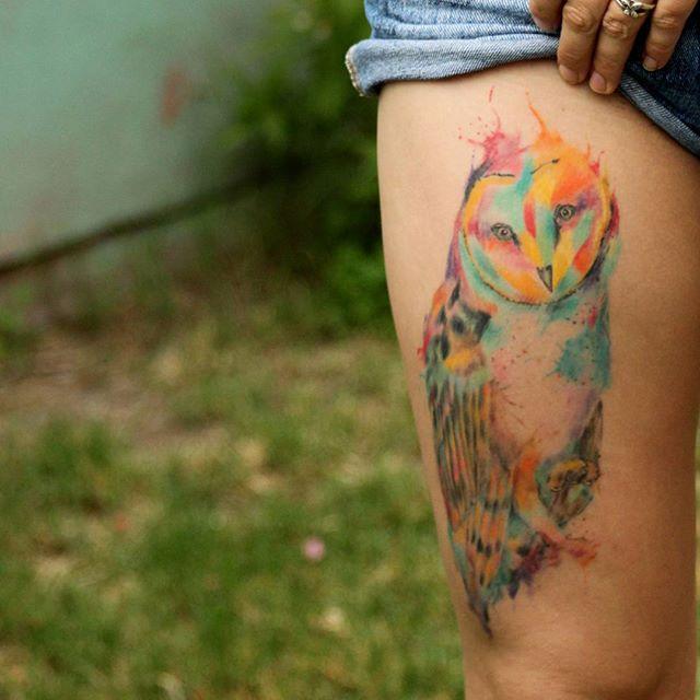 Linda coruja em estilo aquarela dando movimento à arte