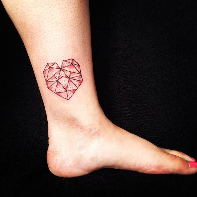 Coração em formas geométricas, além de ser um estilo de tatuagem mais comum hoje em dia, o coração representa o amor