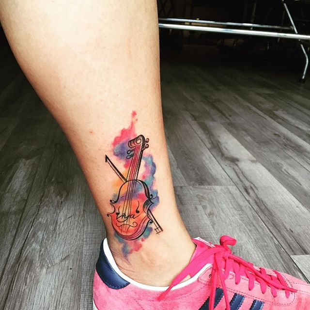 Declare seu amor à música. Tatuagem de violino em estilo aquarela.