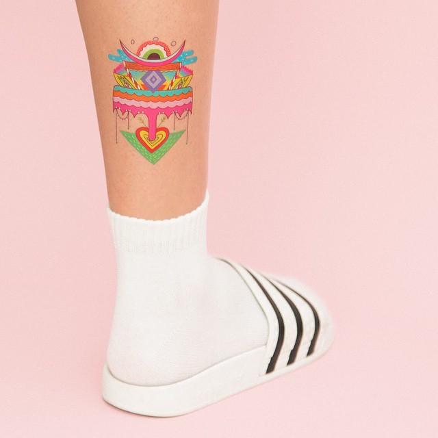 Invista em tatuagem abstrata e nas cores alegres!