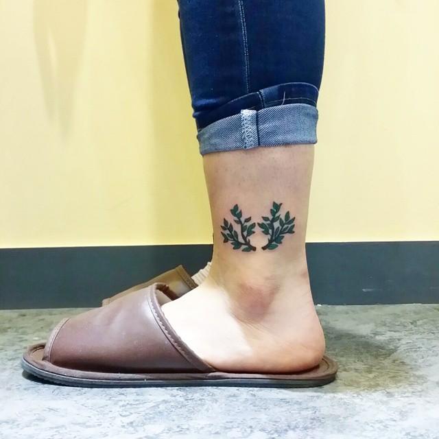 Tatuagens no tornozelo femininas: Galhos, flores e delicadeza