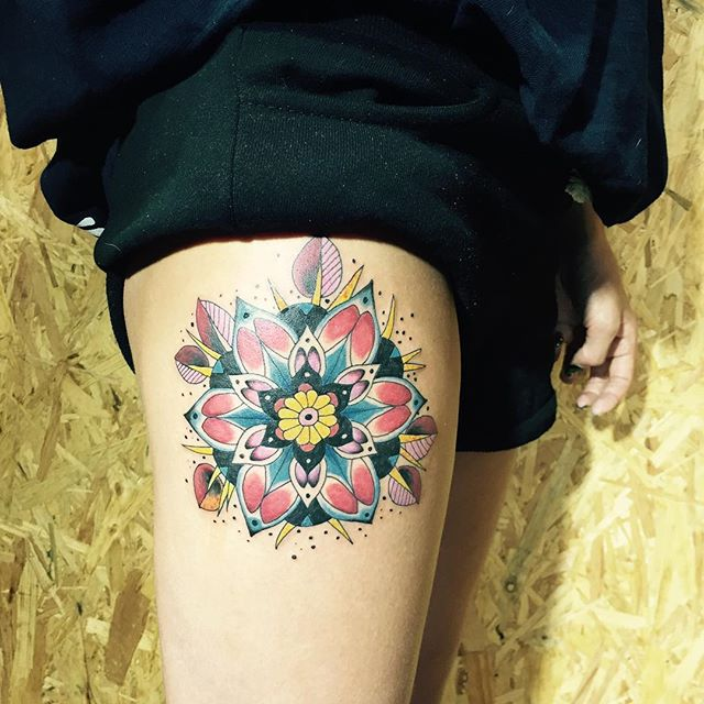 Tatuagem de mandala grande na coxa, as cores que transmitem sensações