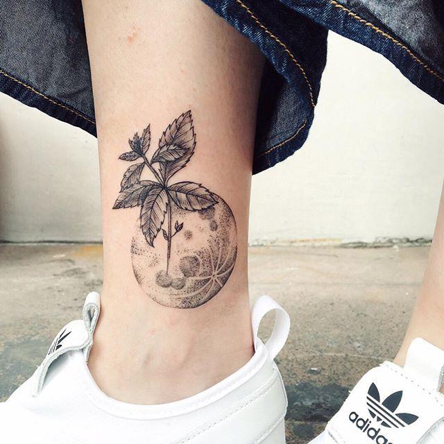 Tatuagem com pontilhismo e blackwork no tornozelo: Por que não inovar misturando as coisas e ser único?!