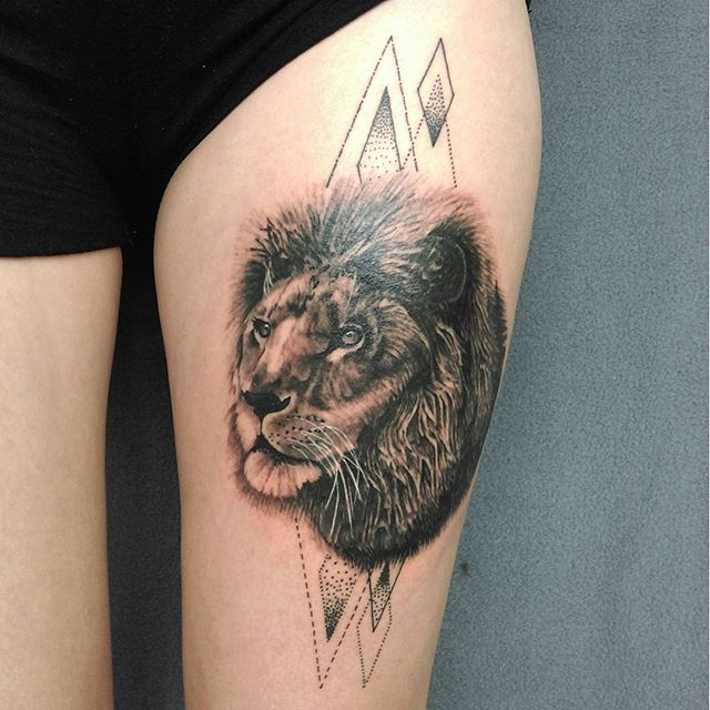 O rei da selva, misturando o estilo de tatuagem realista com pontilhismo.