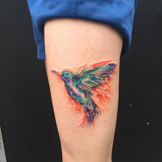 Tatuagem em aquarela. O beija-flor está ligado à graciosidade, beleza, alegria, felicidade, esperança e ao amor