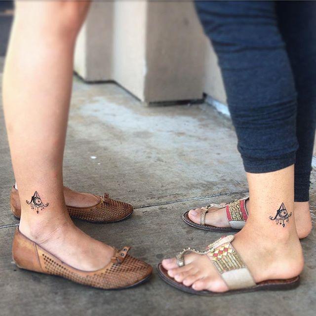 A tatuagem em conjunto é bem comum, pode representar a ligação, a amizade e a família!