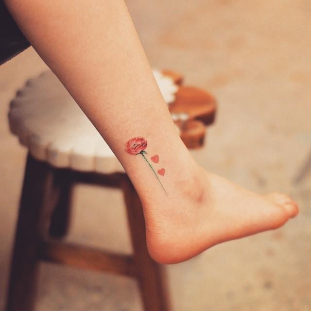 Tatuagem no tornozelo de flores: Ternura e pura delicadeza, além de delicada transmite a serenidade