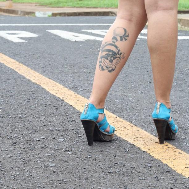 Do filme Alice no país das maravilhas, tatuagem na batata da perna feminina