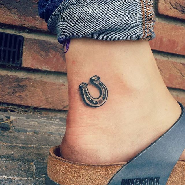 Boa fortuna e sorte permanente é o que deseja? Então deve tatuar uma ferradura!