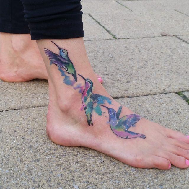 Imagem 76 – No estilo aquarela a transição do beija-flor. Linda tatuagem no pé e tornozelo
