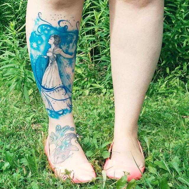 Let it Go! Tatuagem de princesa com cores marcantes representando a neve