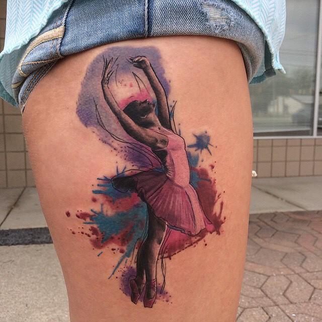 Tatuagem bailarina em aquarela: movimento da dança ao estilo de tatuagem